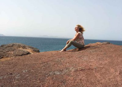 Lanzarote-mediteren-op-een-berg---spirituele-reis-vakanties